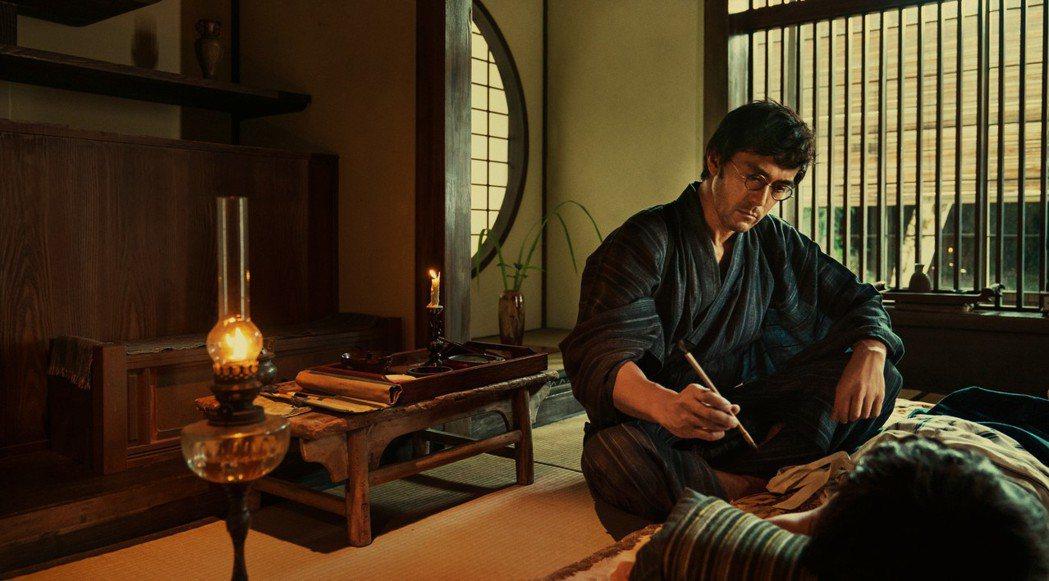 阿部寬在「夕霧花園」化身職人,勤學茶道、刺青及園藝。圖/甲上提供