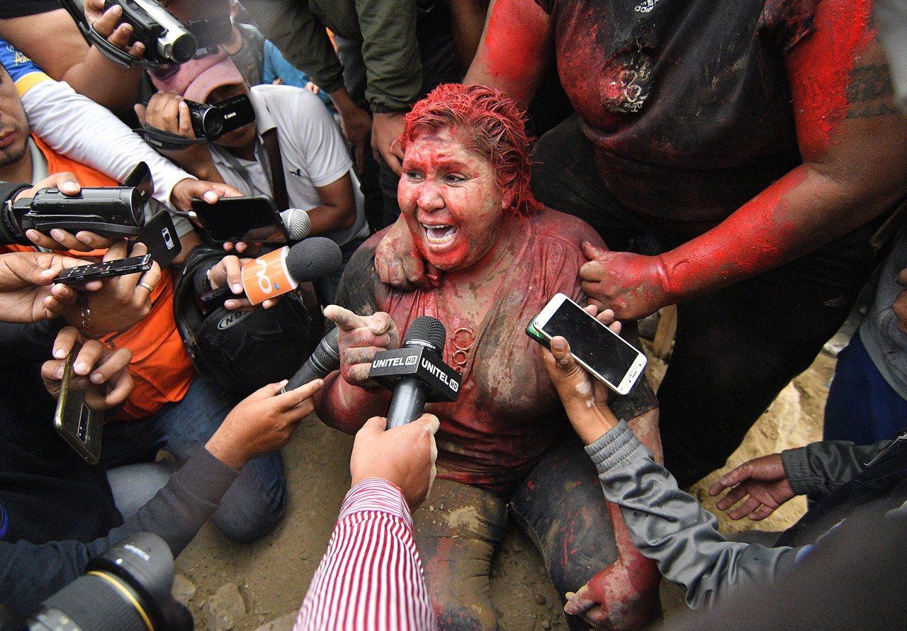 玻利維亞賓托鎮執政黨籍鎮長阿爾塞,6日遭反對派示威者強行剪髮、當頭澆紅漆。(歐新...
