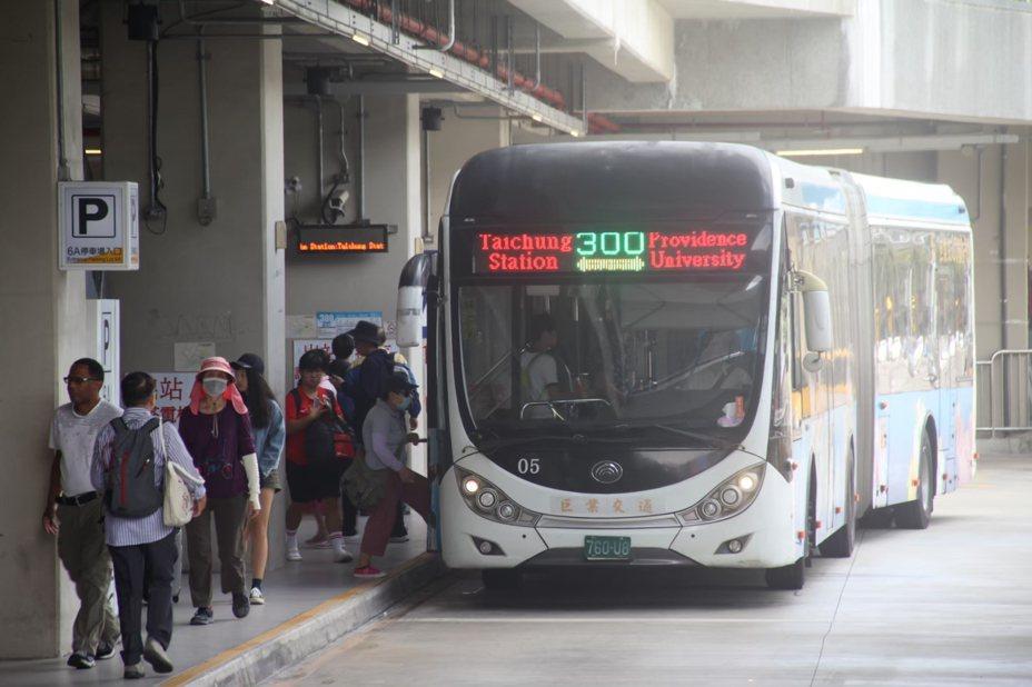 台中轉運中心緊鄰台鐵台中車站、國光客運台中轉運站,周邊有80條公車、還有公路客運路線,位居台中市交通樞紐,但目前僅有300、309、310路這3條公車路線停靠轉運中心月台,功能不彰。交通局從11月30日起,增加12條公車路線進入台中轉運中心。圖/台中市交通局提供