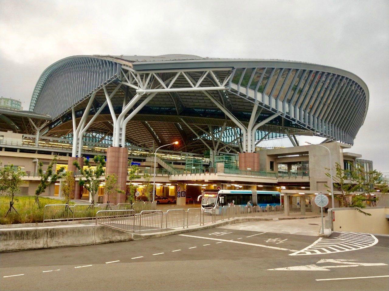 台中轉運中心緊鄰台鐵台中車站、國光客運台中轉運站,周邊有80條公車、還有公路客運...