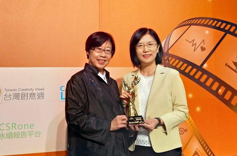 友達微美館紀錄片獲資誠「第三屆CSR影響力獎」,由友達永續長古秀華(右)代表領獎。圖/友達提供
