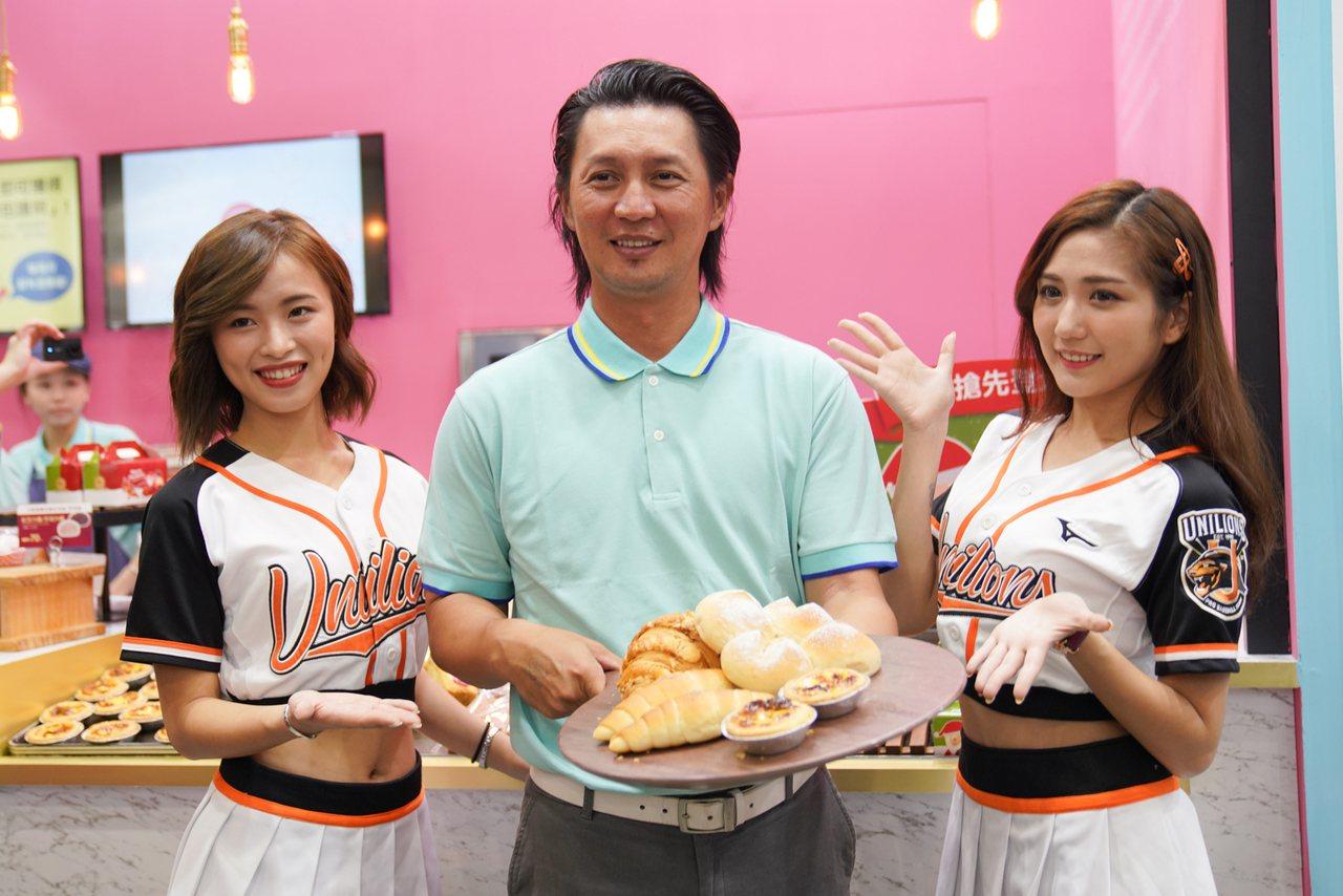 獅隊二軍總教練高志綱與Uni Girls擔任一日店長。圖/統一獅隊提供