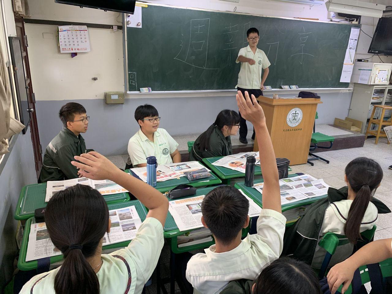 雲林縣永年中學國中部學生課堂上熱烈討論《好讀》內容。圖/永年中學提供