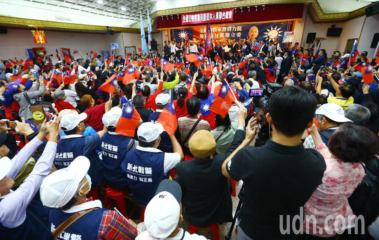 全國公教軍警消暨退休人員挺韓國瑜後援會成立大會下午在台北三軍軍官俱樂部舉行,現場...