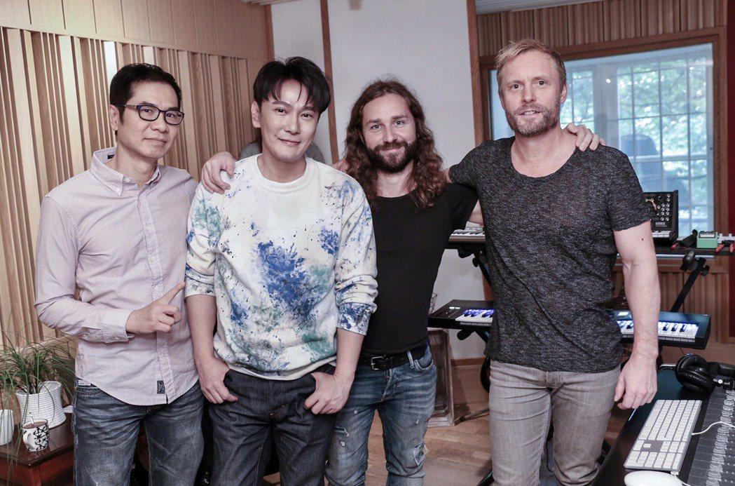 製作人Jim Lee(左起)、張信哲與2位瑞典知名音樂人Gavin Jones與