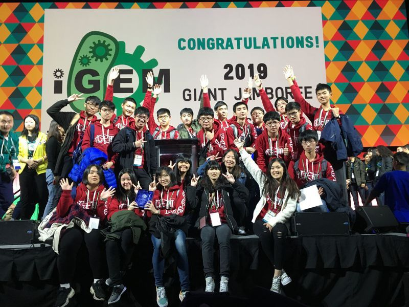 明道中學學生參加今年的美國麻省理工學院iGEM國際基因工程生物競賽,以「微藻空氣淨化器」拿下金牌。圖/明道中學提供