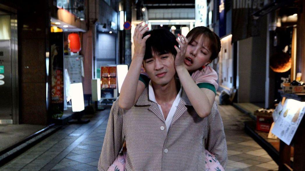 小樂和項婕如(右)在日本拍酒醉戲。圖/三立提供