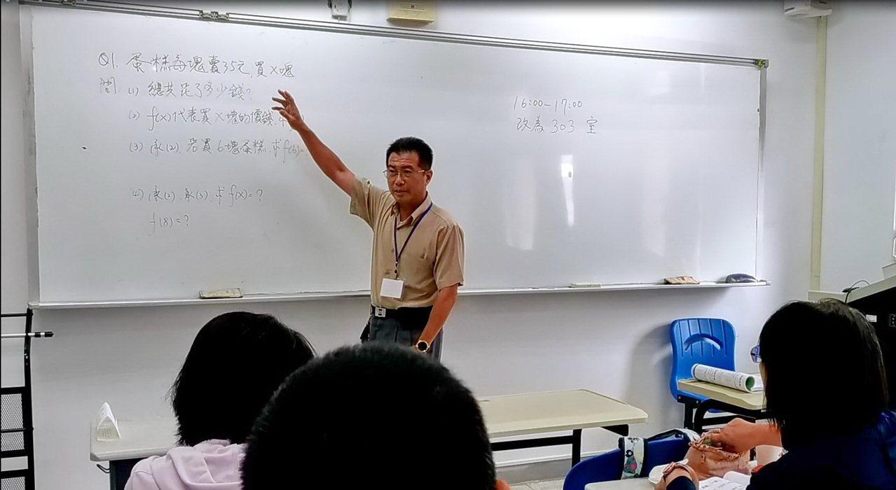 校長陳昭龍也親自投入補救教學,許多孩子在他輔導下,成績精進。圖/褒忠國中提供