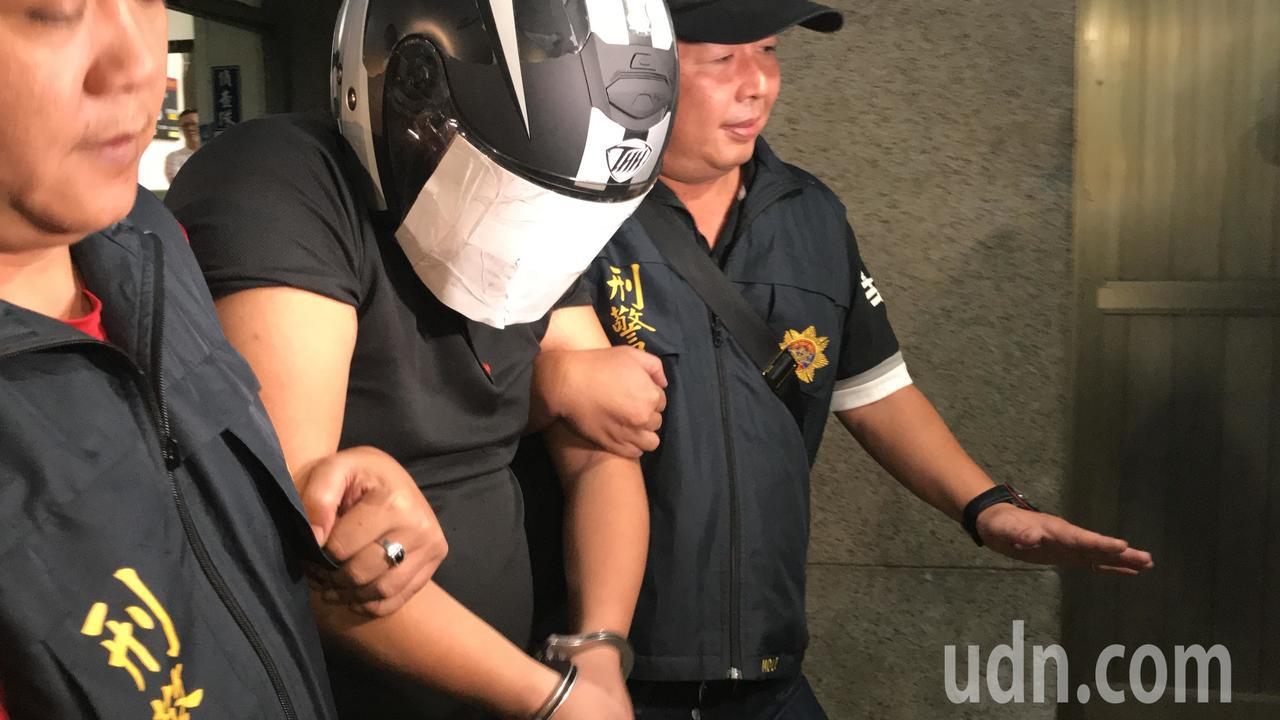 涉嫌殺害母子三人的陳嫌,警方今晚依殺人罪嫌移送。記者林佩均/攝影