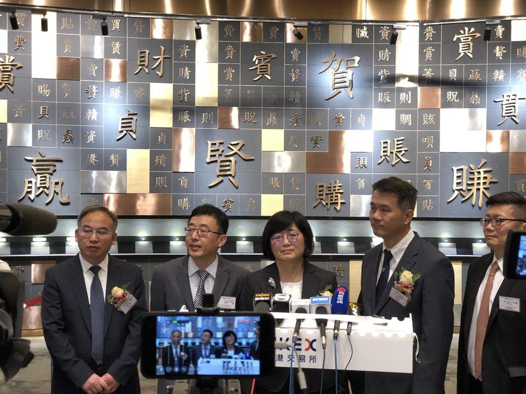 東曜藥業總經理黃純瑩(中)在掛牌儀式後,接受香港媒體聯訪。記者黃文奇/攝影