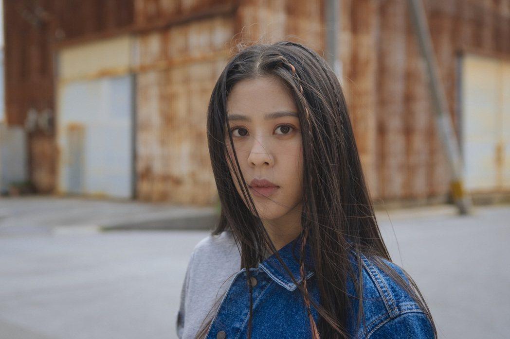 Erika因獻唱電影主題曲與向太結緣,期待未來也可登上大螢幕演出。圖/華納音樂提...