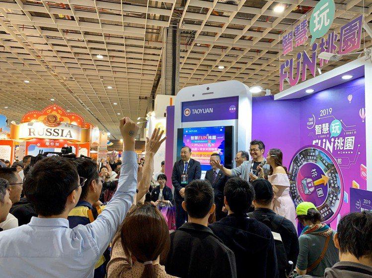 台北國際旅展桃園館舞台上加入醒目的大智慧型手機造型,並結合智慧遊APP形象,整體...