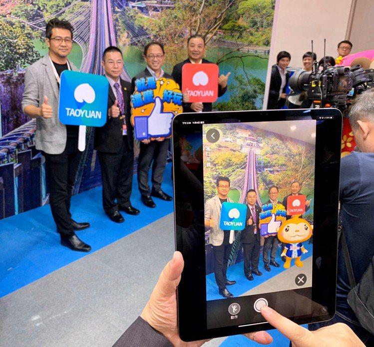桃園館規畫「桃園智慧遊App」當中的VR環景體驗和AR功能,民眾可盡情跟可愛的ㄚ...