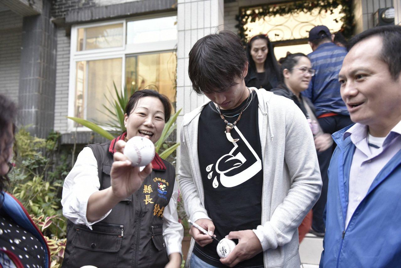 花蓮縣長徐榛蔚(左)今天傍晚到萬榮鄉西林村的張家,向在12強賽事有優異表現的中華...