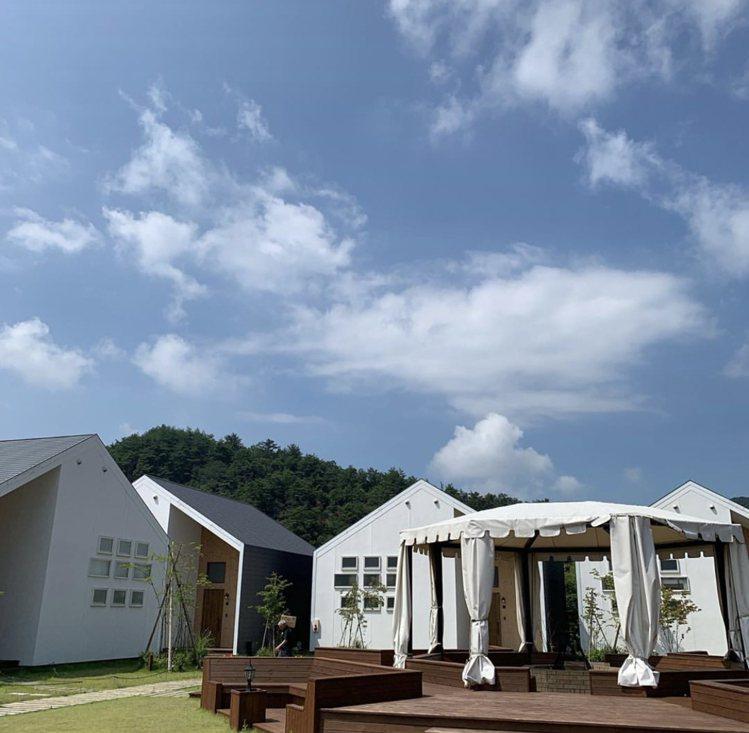 「GRAX HANARE 京都るり渓」客房舒適靜謐,戶外更配備大型帳篷。圖/取自...