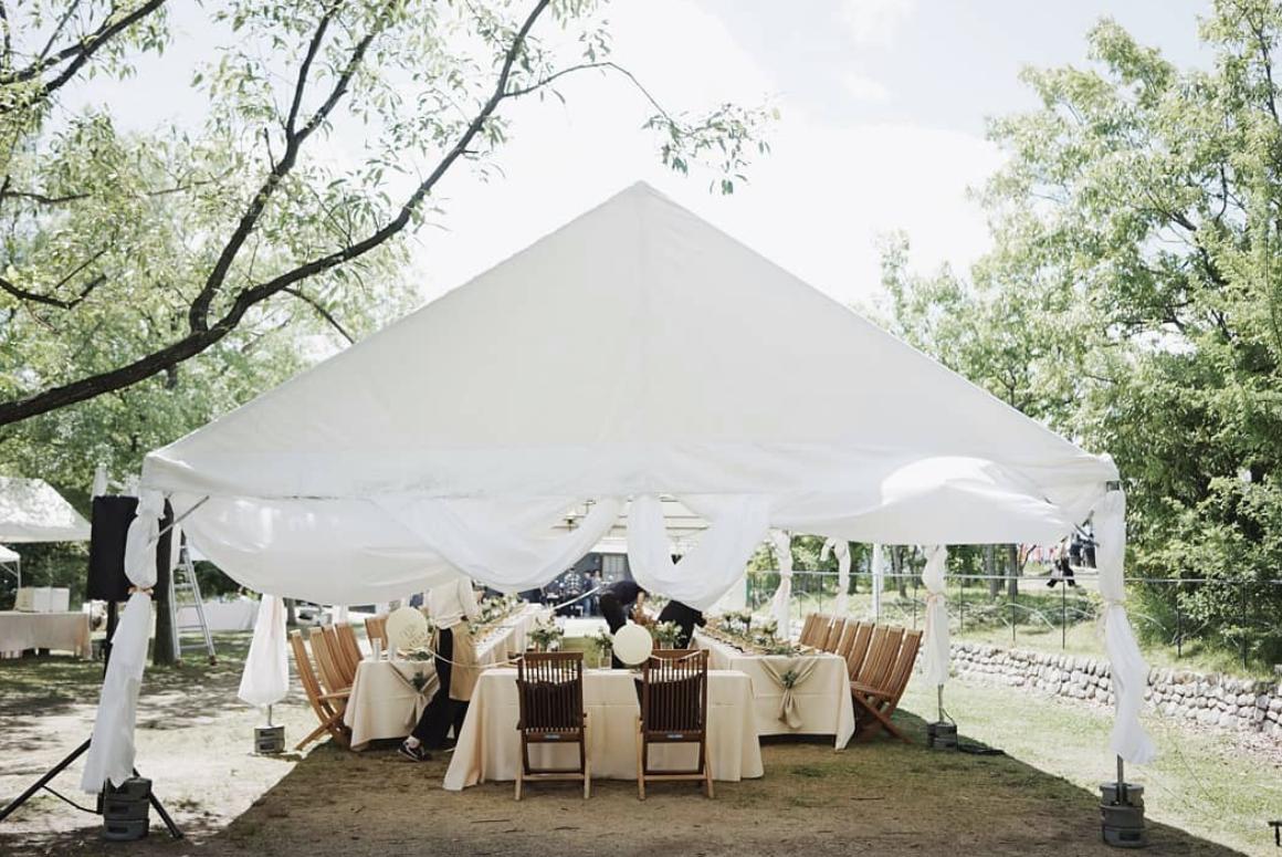 「ホテル‧ロッジ舞洲」白色帳篷適合三五好友來此同樂。圖/取自IG:hotel_l...
