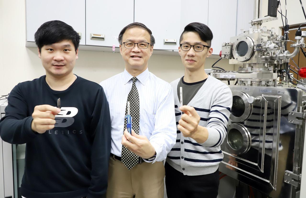 台科大材料系教授朱瑾(中)與其團隊研發金屬玻璃鍍膜,讓刀子更銳利,可應用於微創手...