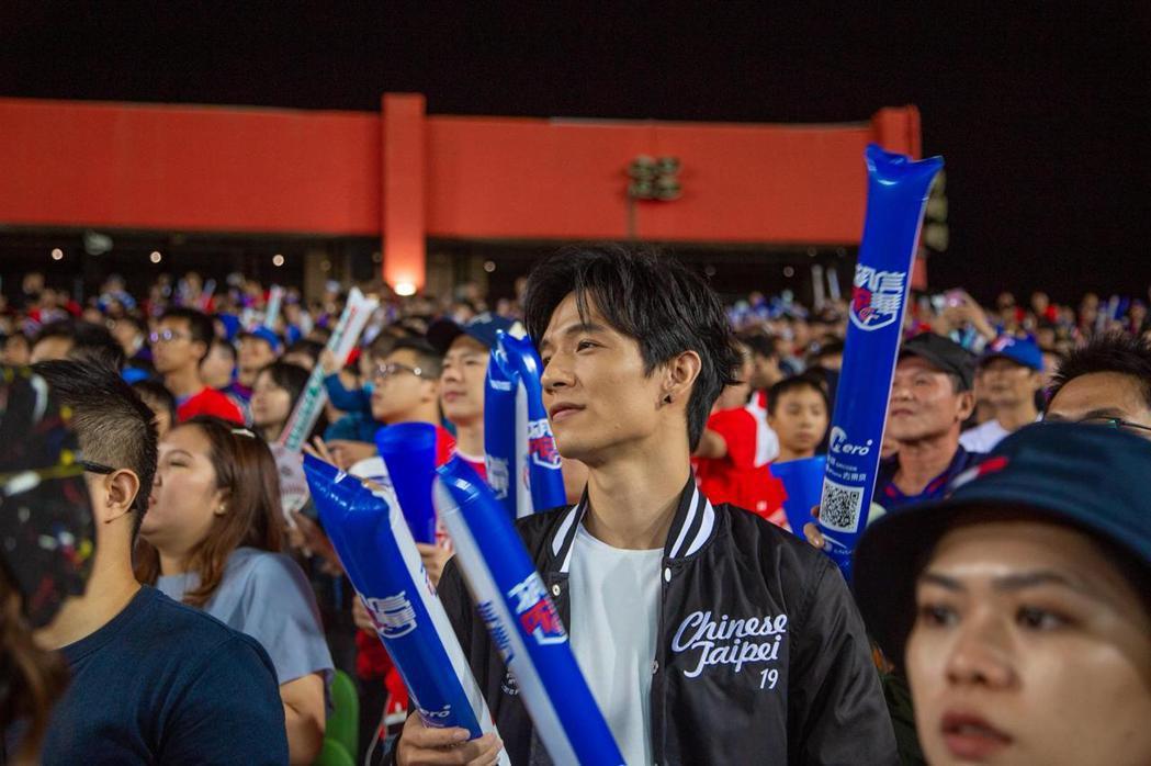 黃奕儒昨晚演出後,也變身中華隊應援手,台下奮力為球員加油。圖/相映國際提供
