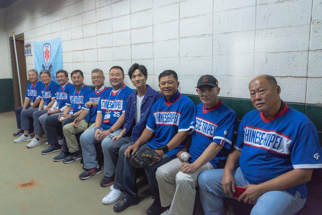 黃奕儒與1983年亞洲盃的中華隊經典英雄合照留念。圖/相映國際提供