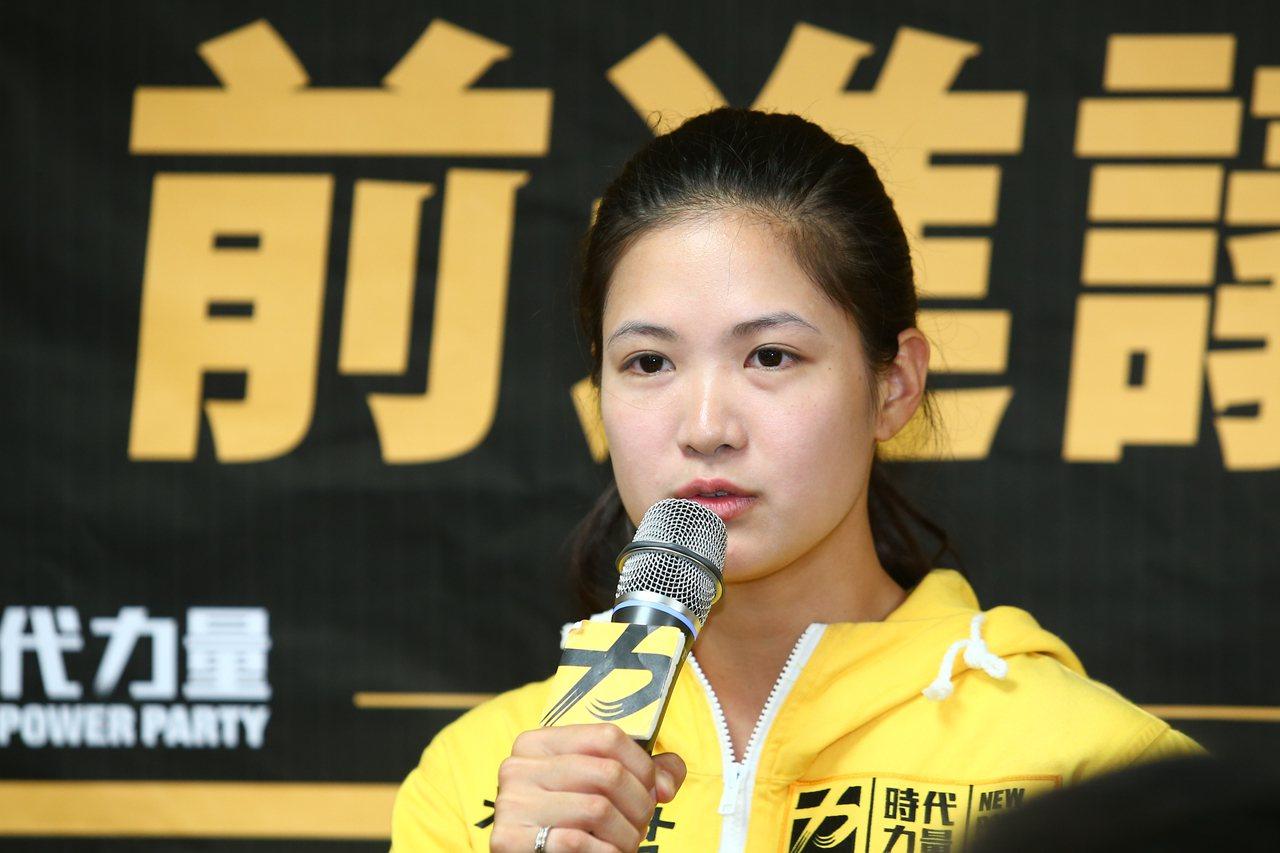 時代力量台北市議員林亮君今晚發聲明,宣布退黨,時代力量在台北市議會的黨團也宣告瓦...