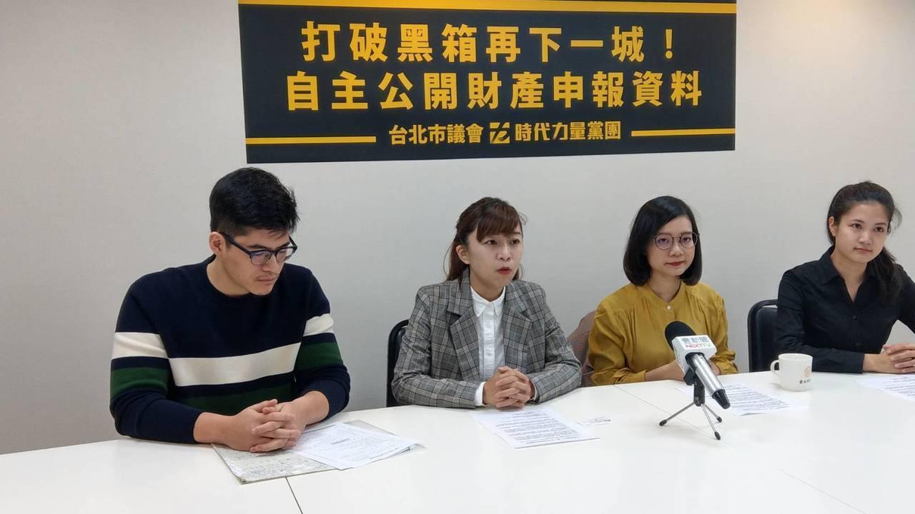 時代力量台北市議員林穎孟(左二)、黃郁芬(右二)及今晚宣布退黨的林亮君(右一)。...