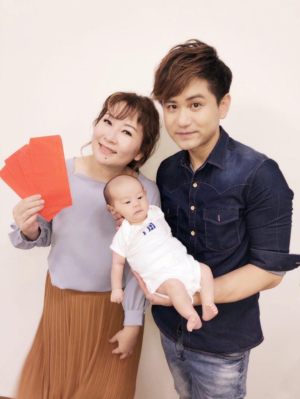吳俊宏升格當爸,兒子的乾媽張秀卿送上大紅包祝賀。圖/豪記唱片提供