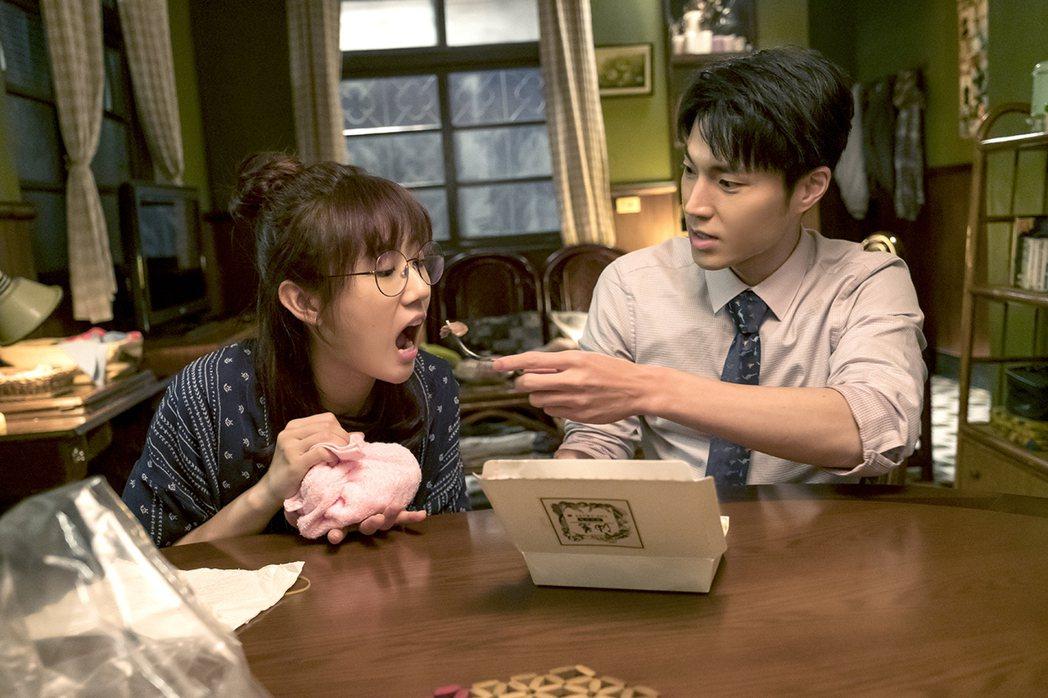 方志友(左)在劇中因手被燙傷,唐振剛親餵牛排。圖/TVBS提供