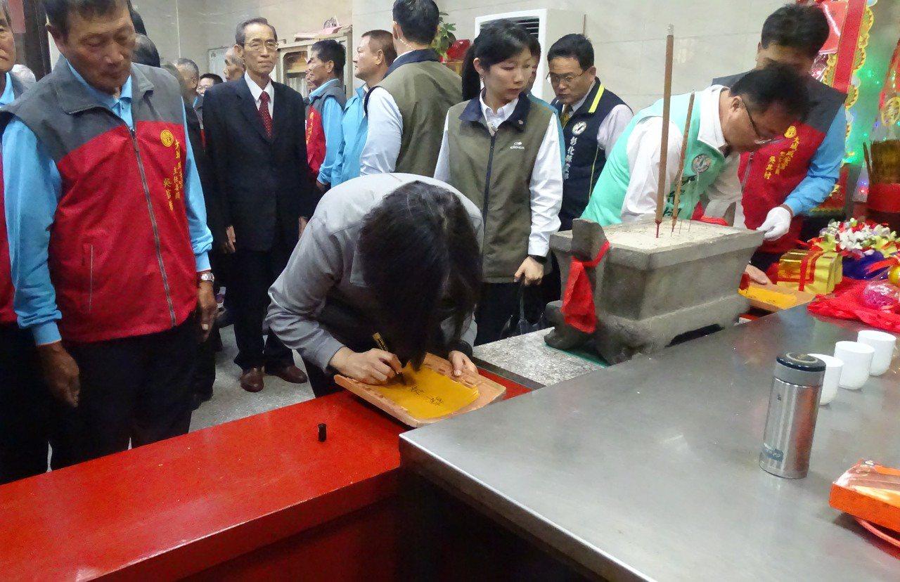 大城咸安宮因廟宇屋頂嚴重水,正進行修工程,蔡英文總統在1塊屋瓦上簽名的情形。記者...