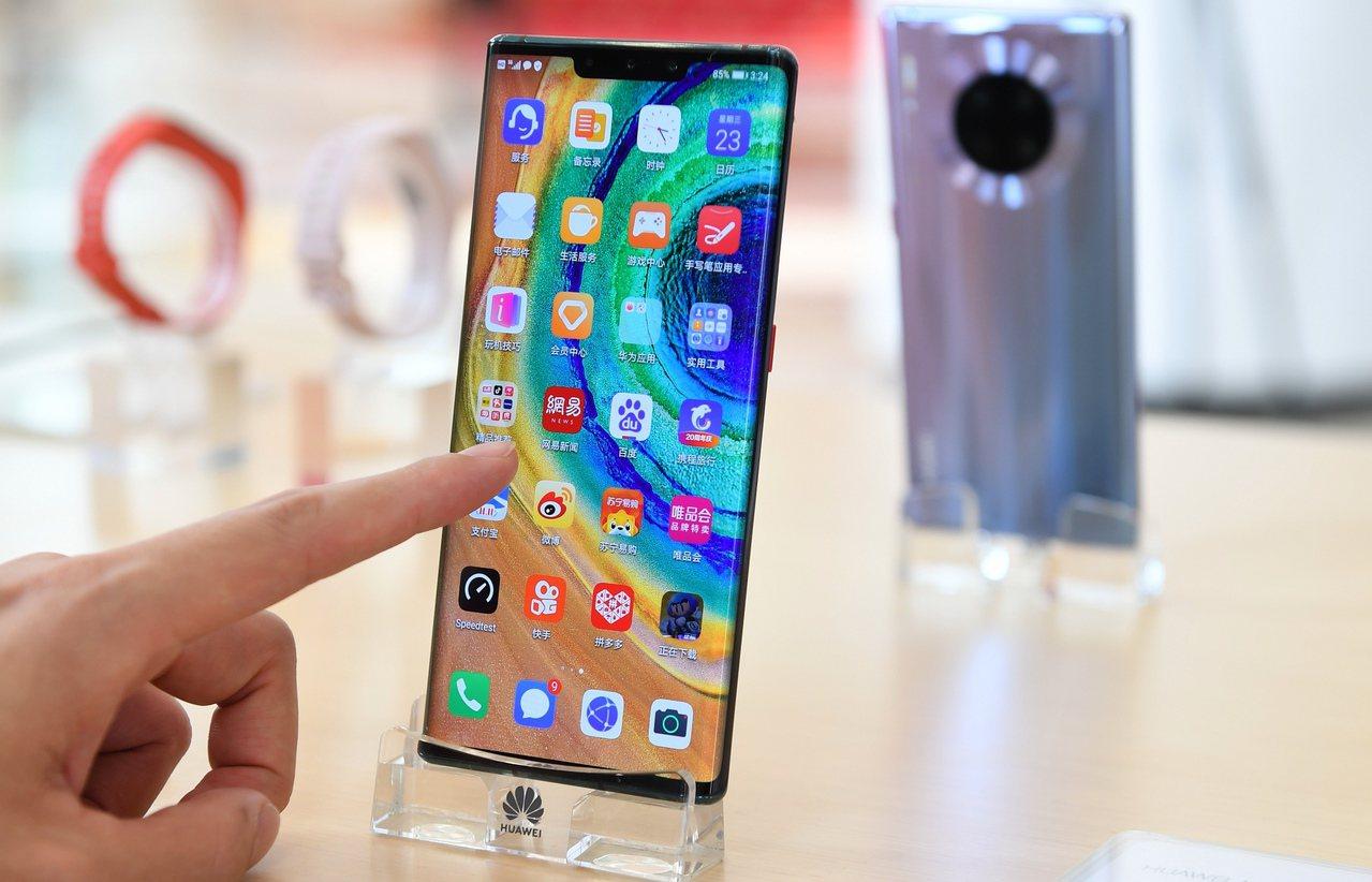 越南將檢查所有從中國大陸進口的手機,查看手機內建地圖程式是否呈現南海九段線。圖為...
