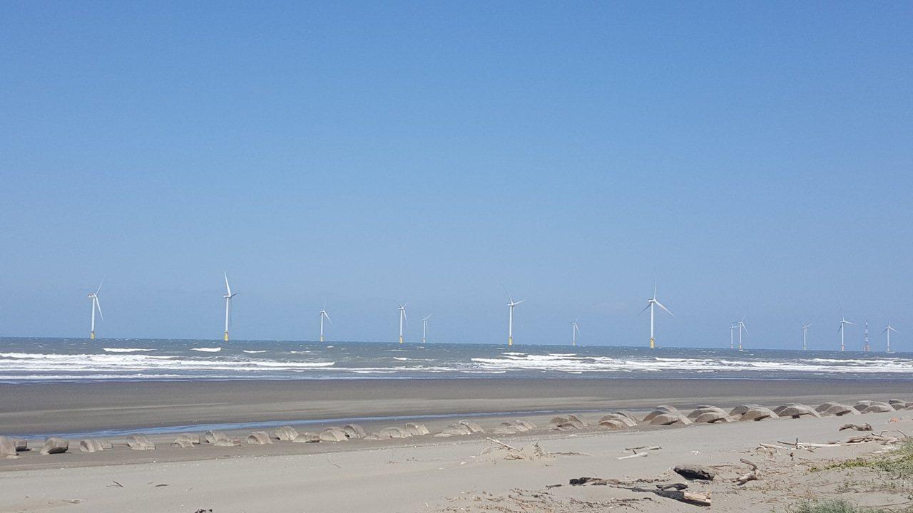 海洋風電在竹南外海已架設完成22座離岸風機,總裝置容量達128MW。記者胡蓬生/...