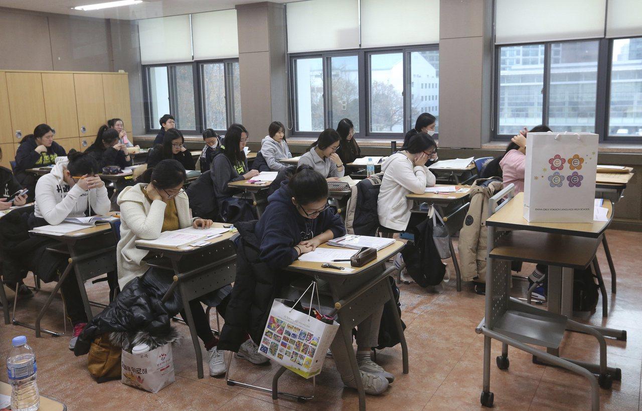 南韓高中生參加大學入學筆試。(美聯社資料照)
