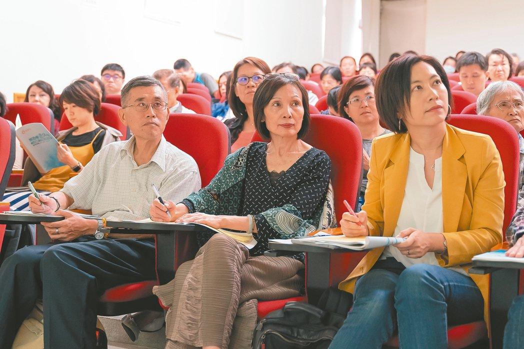 聯合報〈橘學校〉開課「無恐懼退休學」,近百人參與,互動熱烈。 圖╱李瑞彥攝影