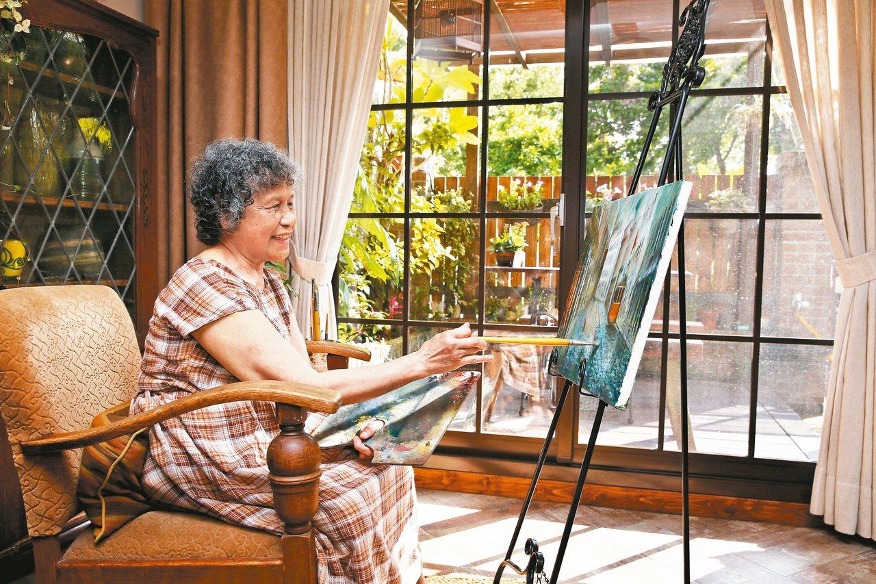 小曼為母親翻修老後的家,家中落地窗旁是母親畫畫的場所。 圖╱鄭超文攝影