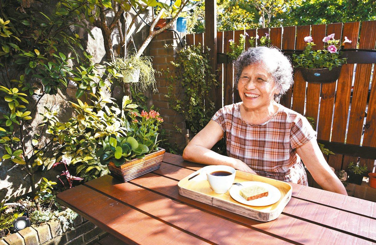 小曼媽媽擁有戶外庭院,可以曬太陽享受下午茶。 圖╱鄭超文攝影