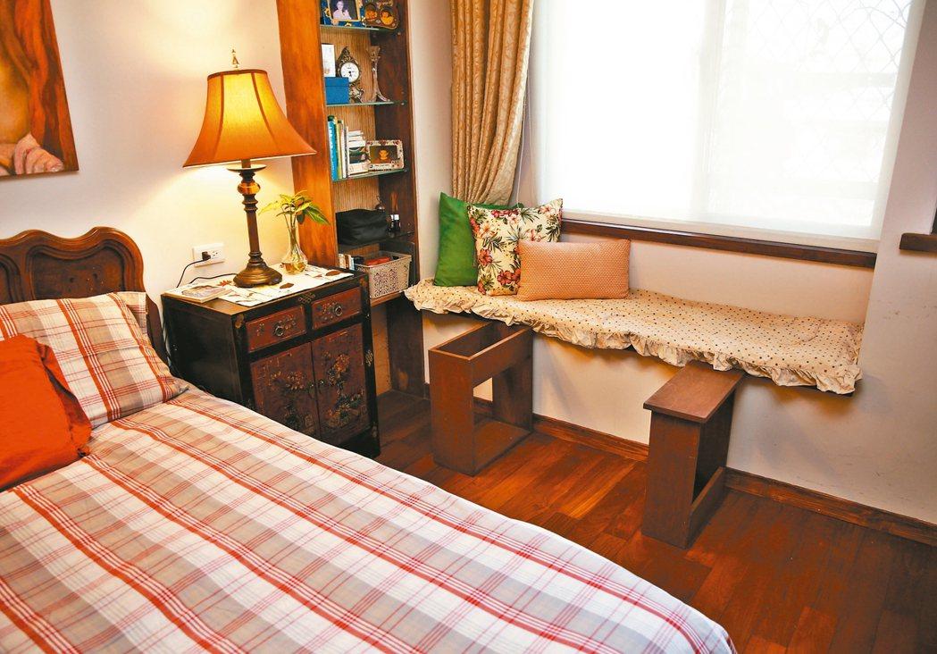 小曼媽媽的臥房特別設計了可以收起的陪伴床。 圖╱鄭超文攝影