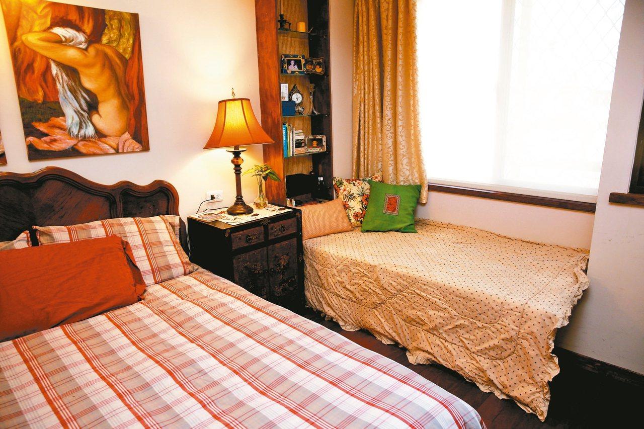 小曼媽媽的臥房預留照顧者的臥鋪,平時可坐看窗邊景致,展開後方便照看。 圖╱鄭超文...