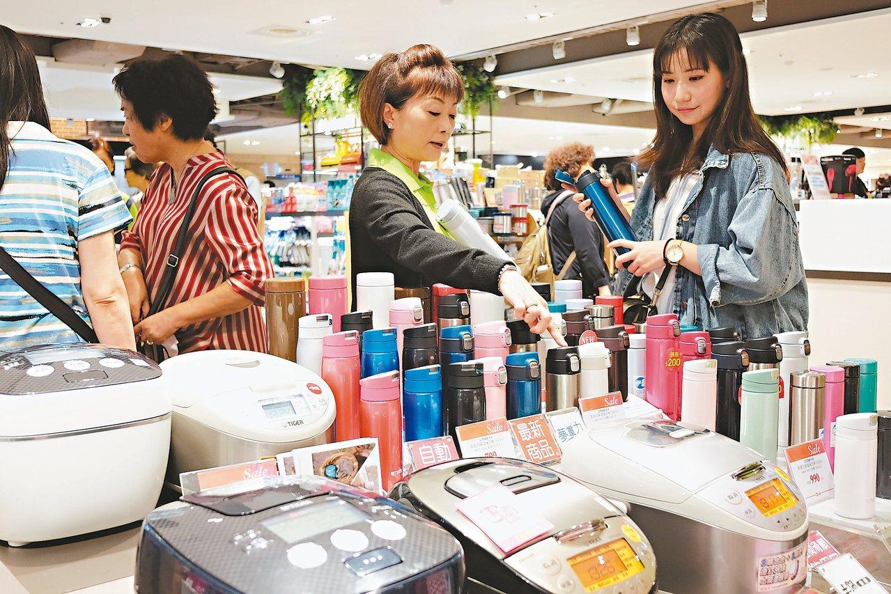 遠東SOGO台北店周年慶開打,推出多款大小家電挑戰電商價。 記者黃仕揚/攝影