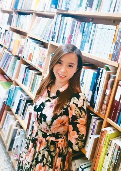 陳淑芳工作廿多年挑戰考會計師,苦讀七年終於考取證照。 圖/陳淑芳提供