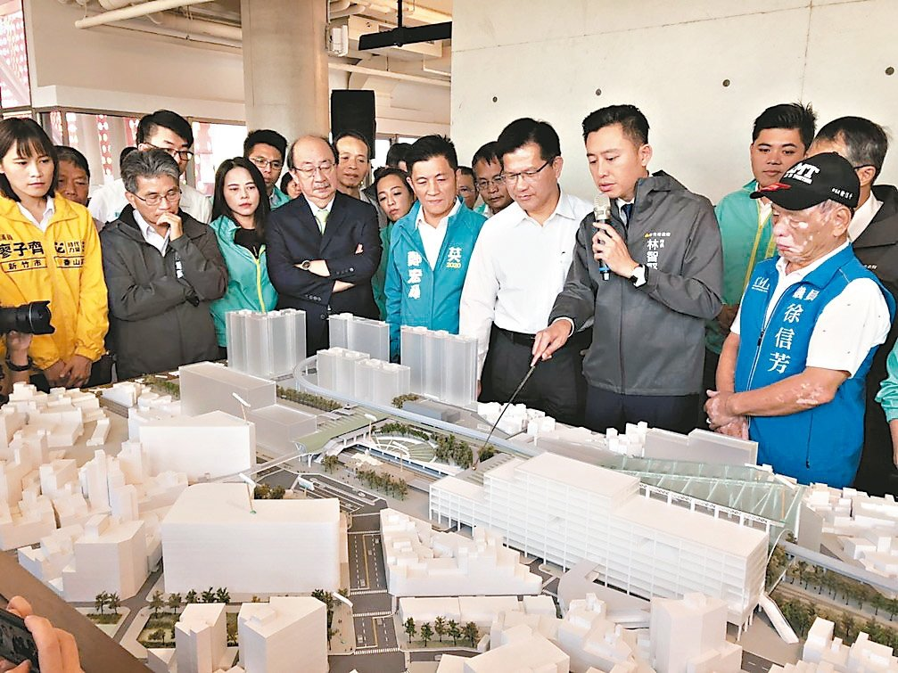 新竹市長林智堅向交通部長林佳龍介紹新竹火車站改造3部曲。 記者王駿杰/攝影