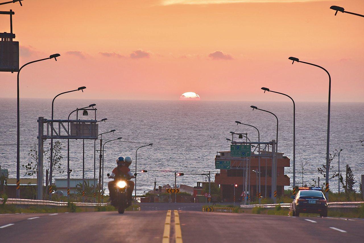 公路總局舉辦台灣10大景觀公路票選,攝影工作者張文煥提供西濱新埔交流道路段多幀照...