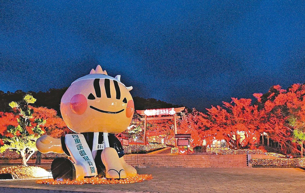 屏東縣車城鄉四重溪溫泉公園燈海映楓紅,「蔥寶」吉祥物在北側入口處旁迎賓。 記者潘...