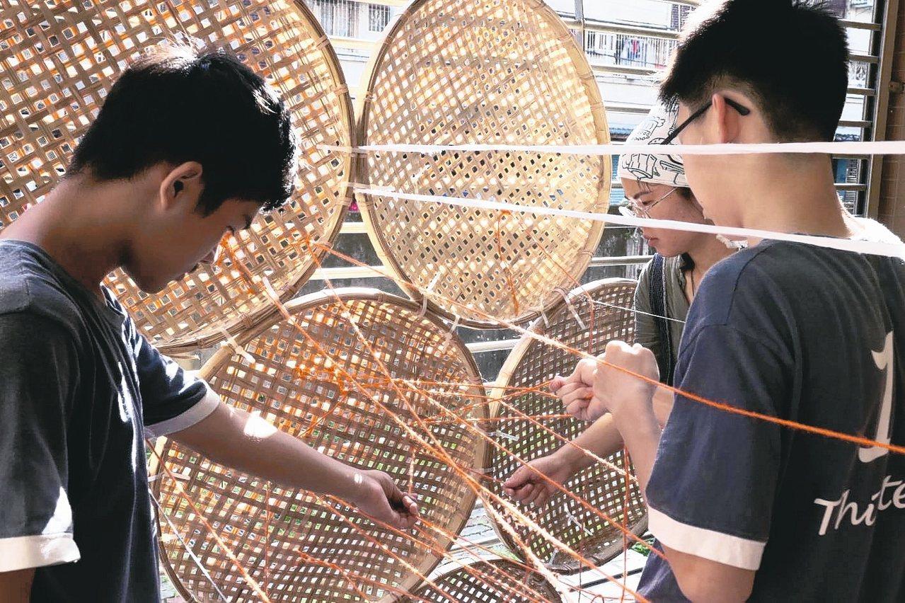 第3屆新北濕地藝術季「交融」今在板橋新月橋下開展,展期至12月8日。 圖/新北市...