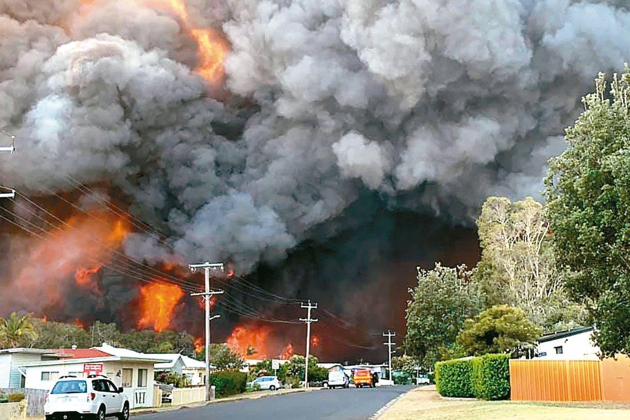 澳洲民眾八日提供的照片顯示,新南威爾斯省的哈靈頓灌木叢火勢已失控,火舌逼近住宅區...