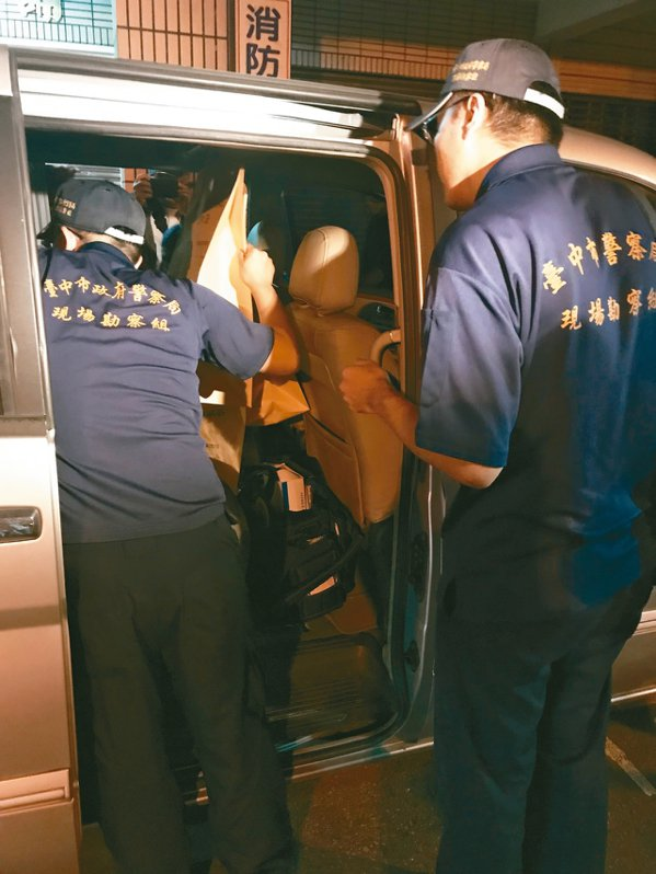 台中市大樓內發生母子三屍命案,鑑識中心人員帶回多項證物。 記者林佩均/攝影