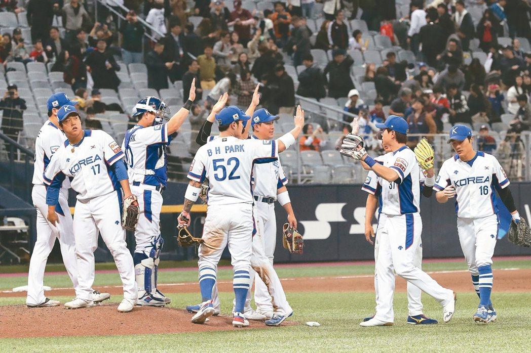南韓隊三連勝闖進世界十二強棒球賽複賽,球員在場中慶賀。 (美聯社)