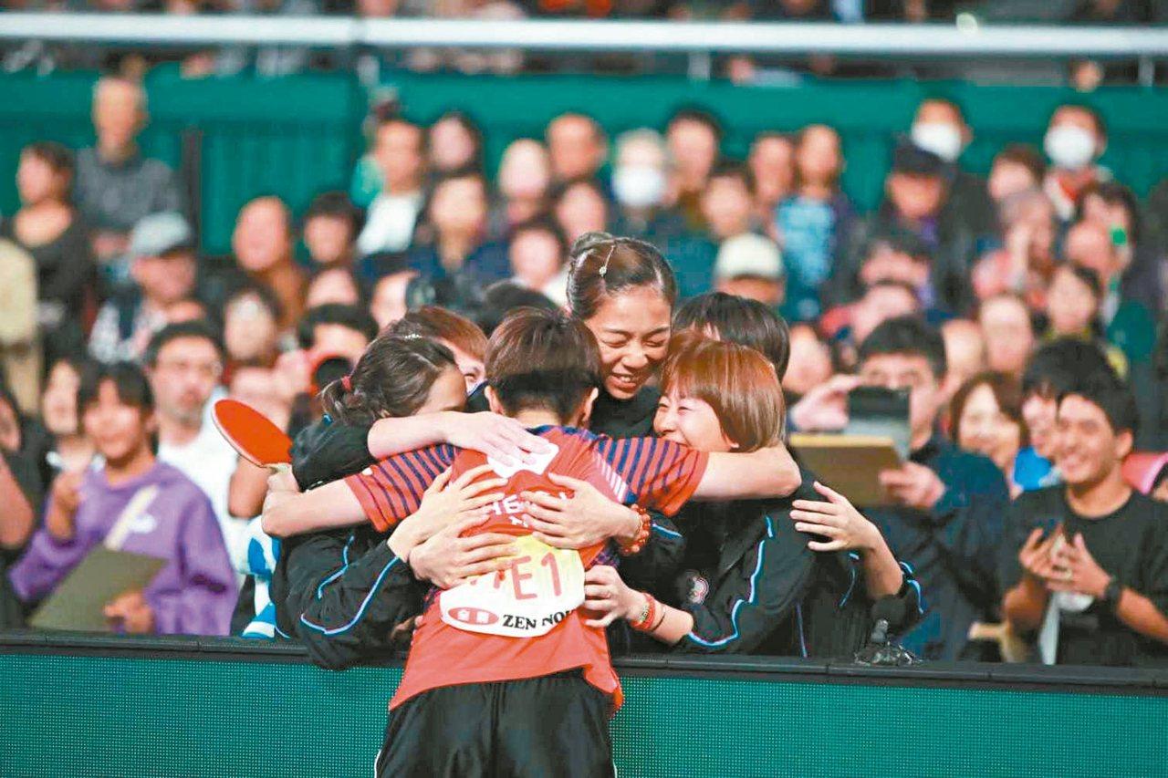 團體世界盃桌球賽八強賽,中華女子隊告捷後,興奮地擁抱。 圖/取自國際桌球總會官網