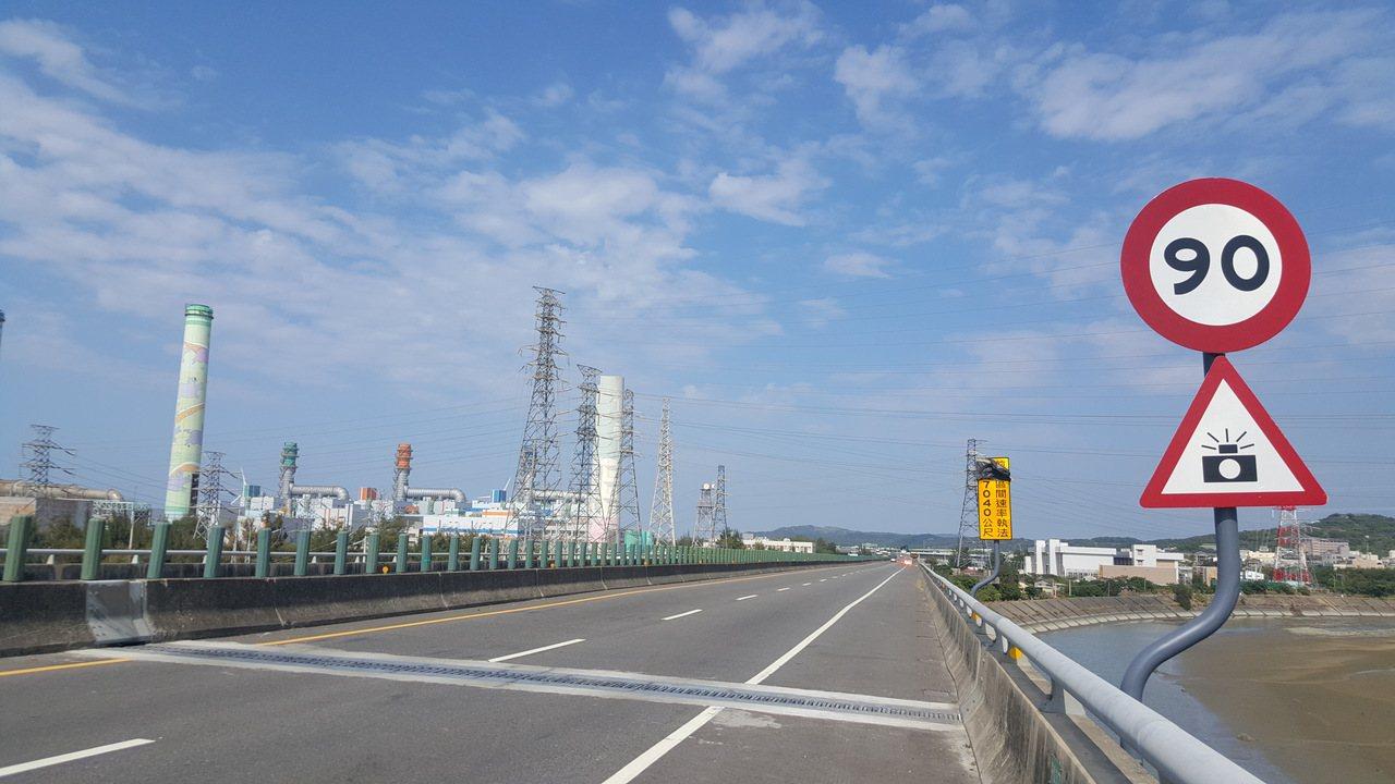 西濱快速公路通霄到白沙屯間的北上路段,12月起將以區間測速取締超速。 記者胡蓬生...