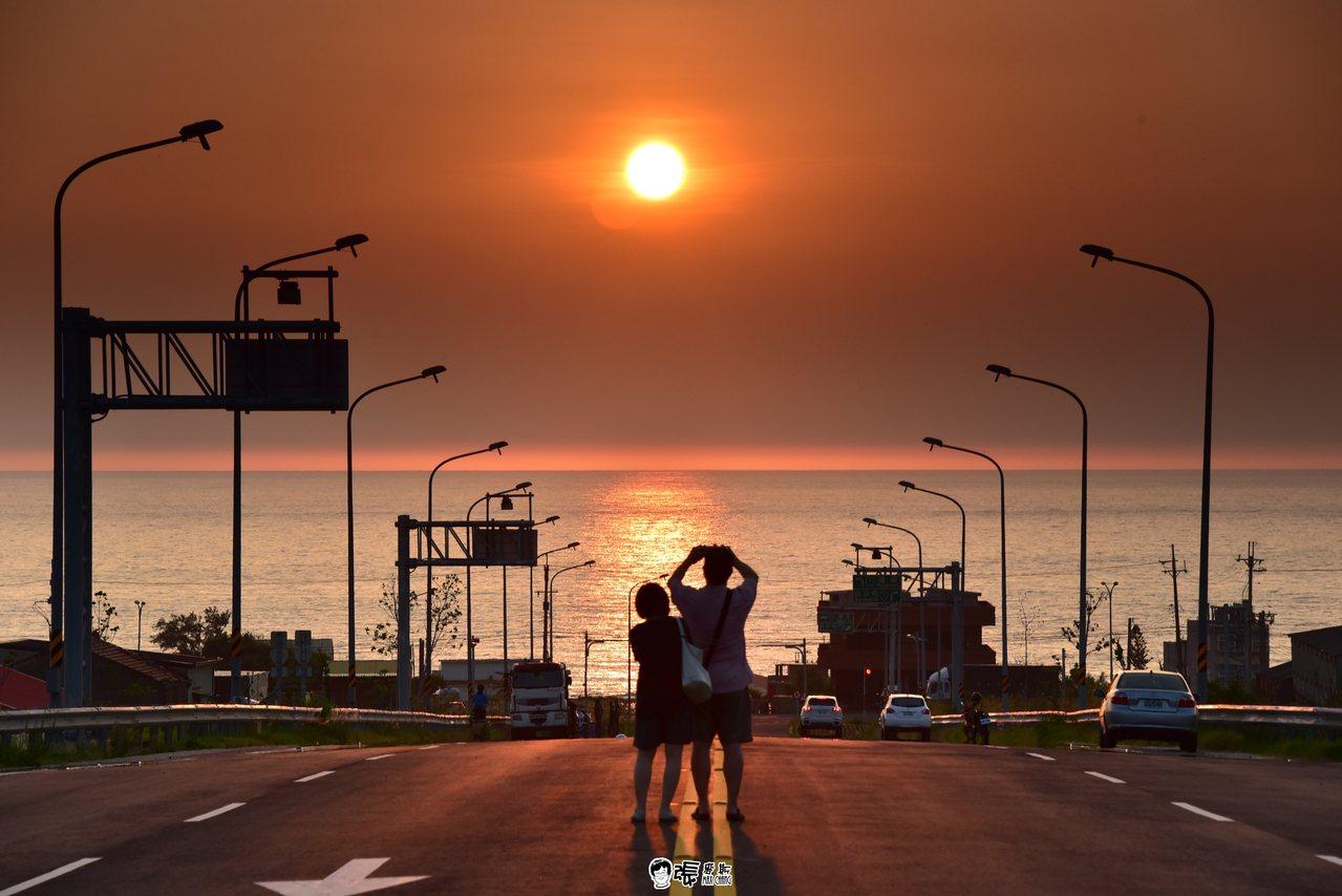 攝影工作者張文煥提供西濱新埔交流道路段多幀照片,參加公路總局台灣10大景觀公路票...