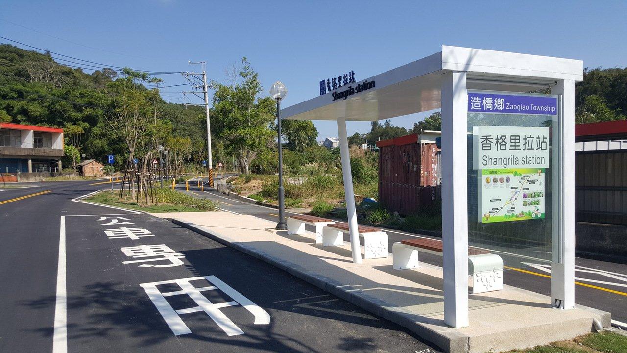 台13甲線在造橋鄉的舊路段開闢成綠色生態景觀廊道,新建候車亭取代舊有的鐵皮屋車亭...