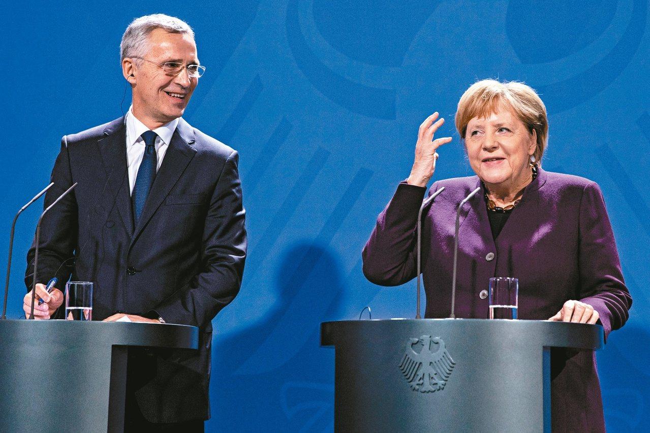 德國總理梅克爾(右)七日表示,法國總統馬克宏稱北約腦死的說法太激烈。北約秘書長史...